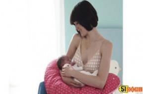 """Một chiếc gối giúp bạn có một giấc ngủ ngon trong thời kỳ mang thai, """"bửu bối"""" khi bạn cho bé bú và là người bạn đồng hành với bé yêu trong những năm tháng đầu đời. Một sản phẩm cho cả mẹ và bé, một sự lựa chọn cho tất cả, chỉ với 220.000đ tại sao không nhỉ?"""
