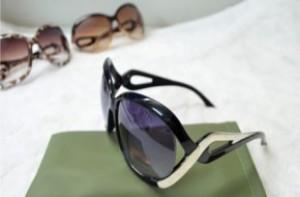 Tự tin xuống phố với cặp mắt kính thời trang cao cấp – phụ kiện không thể thiếu đối với các bạn nữ năng động.