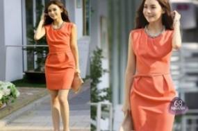 Phong cách thanh lịch và duyên dáng hơn cùng đầm cao cấp xếp ly tinh tế, sắc cam rực rỡ