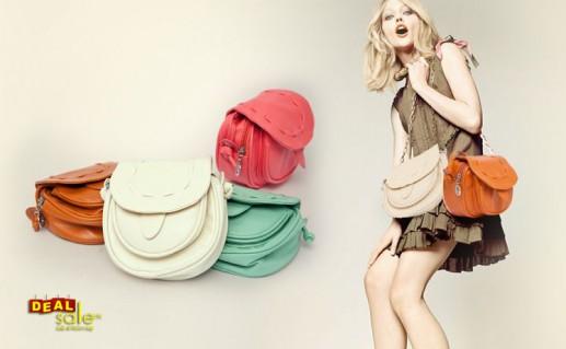 Túi xách đeo chéo nhỏ gọn, xinh xắn.