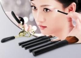 Hà Nội - Cầu Giấy: Giảm giá 57% - Combo Bộ cọ trang điểm 5 cây và dụng cụ kẹp mi vàng