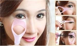 02 dụng cụ hỗ trợ trang điểm mắt: kẻ viền, đánh mascara, chải lông mi