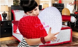 Gối tình yêu size to hình trái tim, kết hoa hồng màu đỏ, trắng
