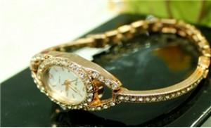 Đồng hồ lắc tay thời trang đính đá trẻ trung và tinh tế