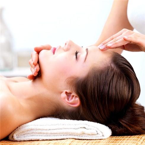 Gói dịch vụ chăm sóc da mặt và vùng cổ (100') tại Hương Yến Spa.