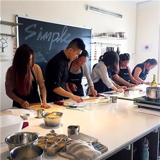 Cùng Mua - Lop hoc lam banh Pho Mai Sua Chua Luu Do tai Simple Kitchen