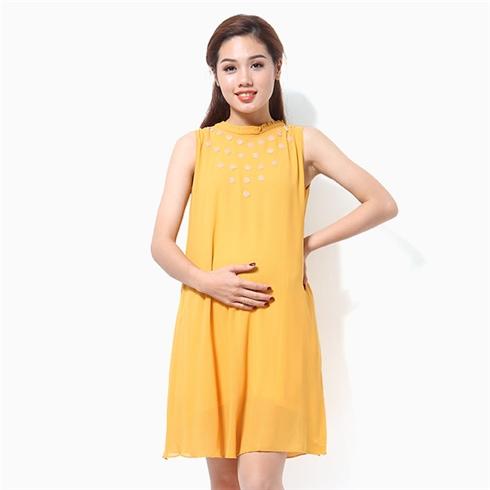 Đầm bầu đính hoa mai màu vàng
