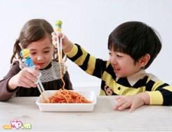 Đũa Tập Ăn Thông Minh Tomatokids Dành Cho Trẻ Từ 2 – 6 Tuổi Có Hình Búp Bê + Bệ Giữ Ngón Tay Cái + Chân Đũa Inox Giúp Trẻ Gắp Thức Ăn Và Luyện Cho Trẻ Sử Dụng Đũa Đúng Cách Giá 75.000VND Giảm 37% So Với Giá Gốc 120.000VND Chỉ Có Tại Dealvip.vn - 1 - Khác