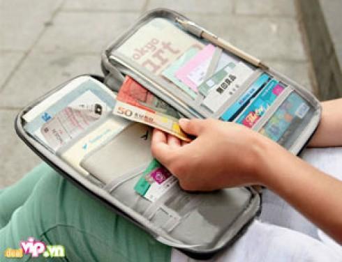 Đồng Hành Trên Những Chuyến Xuất Ngoại Cùng Ví Đựng Passport Thời Trang, Màu Sắc Trẻ Trung, Làm Từ Chất Dẻo PVC Láng Mịn Giá 58.000VND Giảm 42% So Với Giá Gốc 100.000VND Chỉ Có Tại Dealvip.vn