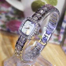 Đồng hồ nữ Cartier Quartz mặt vuông - mặt đồng hồ cẩn xà cừ cực đẹp, chiếc đồng hồ nhỏ xinh với đá Ciramic bao quanh càng tôn thêm vẻ sang trọng cho người đeo.ID774