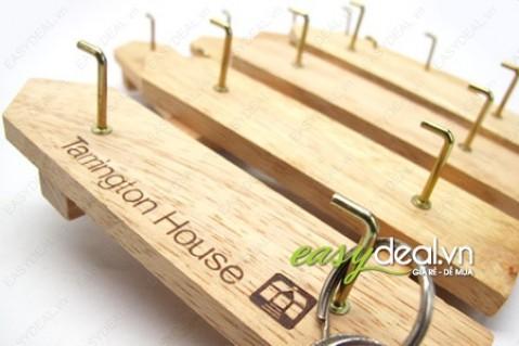 Hàng rào gỗ tự nhiên Tamington House treo chìa khóa xinh xắn