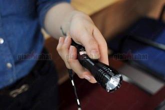 Giá Hot Nhất - DEN PIN POLICE SIEU SANG (MS : 8.068) nho gon thich hop khi di cam trai, da ngoai.