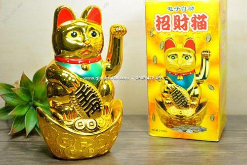 Giá Hot Nhất - MS 6526 - MEO THAN MANEKI VAY TAY NGOI THOI VANG CHAY PIN