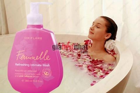 Dung dịch vệ sinh Feminelle từ Hoa râm bụt hồng - một sản phẩm của Oriflame