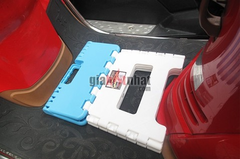Ghế xếp mini color block có tay cầm để xách xinh xắn làm bằng nhựa cao cấp.