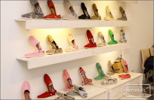Cho Ngay Hè Thật Năng Động, Tự Tin Và Thoải Mái Với Những Đôi Giày Ngập Tràn Sắc Màu Dành Cho Cả Nam Và Nữ Tại Shop Tara. Voucher 450.000 VNĐ, Còn 165.000 VNĐ, Giảm 50%.