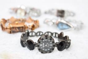 Đồng hồ lắc tay nữ thời trang