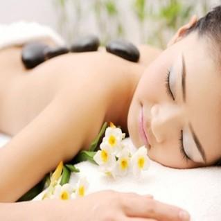 Massage đá nóng với tinh dầu Oliu
