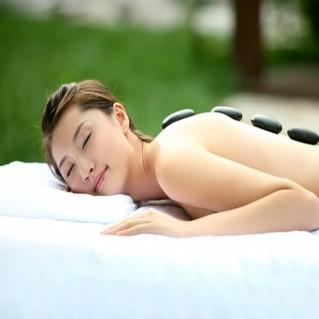 Massage body bằng đá nóng - thư giãn tuyệt đối