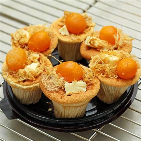 Hộp 6 bánh bông lan trứng muối phô mai - Mrs. Cake Ngọc Linh