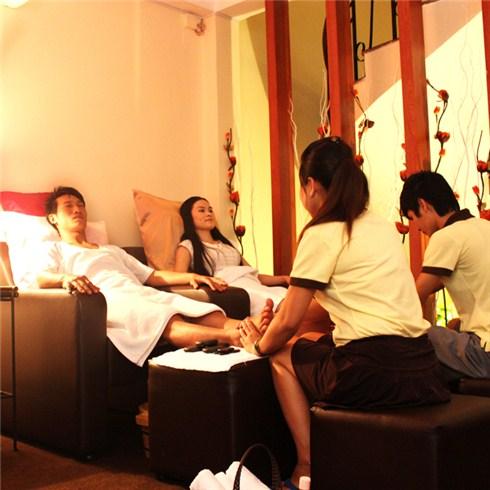 Massage chân + massage body đá nóng tại Massage Long Life