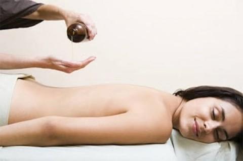 Massage body bằng tinh chất tinh dầu 60' tại spa Sắc Ngọc
