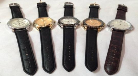 Đồng hồ nam dây da thời trang giá rẻ chỉ 135.000 vnđ.Thể hiện phong cách mạnh mẽ ,thiết kế thời trang