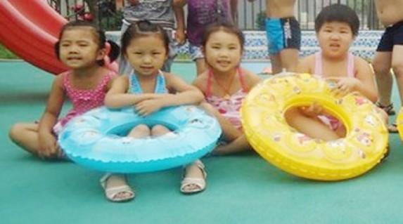Phao Bơi Trẻ Em Xinh Xắn Cho Bé Thỏa Thích Vui Đùa Với Nước chỉ 50.000 vnđ.Chất liệu nhựa tổng hợp và trơn bóng .Giá rẻ chỉ có tại Retunggiay.Vn !