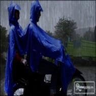 Áo mưa thời trang tiện dụng 2 đầu dành cho hai người 49.000vnđ cho giá trị sử dụng 110.000vnđ. Sản phẩm chỉ có tại Retunggiay.vn!
