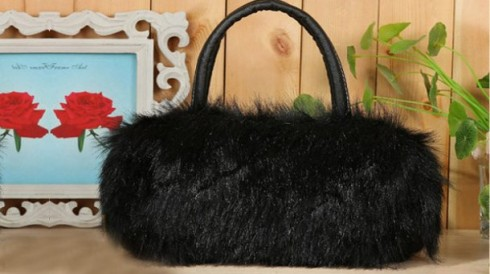Túi xách lông thú thời thượng chỉ 89.000 vnđ .sang trọng không đụng hàng với chất liệu lông nhân tạo bền đẹp ,mềm mại với giá cực rẻ chỉ có tại retunggiay.vn !