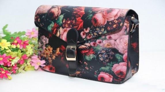 Túi xách họa tiết hoa giá rẻ chỉ 128.000 vnđ.dây kéo dài,khóa cài chắc chắn là phụ kiện thời trang để giữ đồ cho bạn gái.