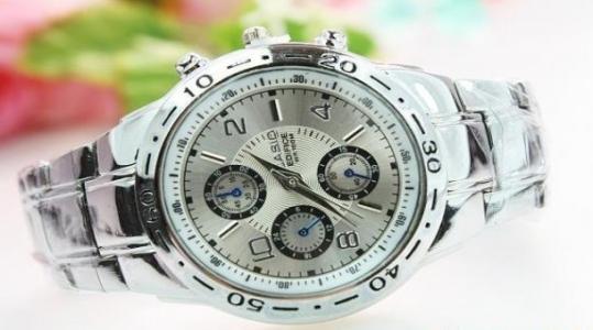 Đồng hồ nam thời trang ,thể hiện phong cách mạnh mẽ giá rẻ chỉ 135.000 vnđ.Dây đeo kim loại .
