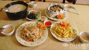 Nhà hàng Đồng Khánh - Set ăn gà đồi dành cho 04 người gồm: 4 bát súp + ½ con Gà đồi nướng (1kg) + 1 đĩa Gà xé phay + 1 đĩa khoai tây chiên + 1 nồi Cháo Gà. Set ăn trị giá 660.000 ưu đãi 57% còn 285.000