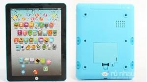 Máy tính bảng đồ chơi trẻ em: Giúp trẻ làm quen với các chữ cái, từ tiếng Anh cơ bản và các con số. Sản phẩm có những hình ảnh ngộ nghĩnh, màu sắc bắt mắt, bàn phím nhẹ nhàng, chỉ 85.000đ