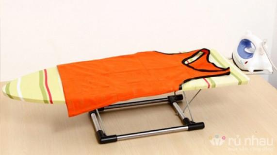 BÀN ĐỂ ỦI QUẦN ÁO: Kiểu ngồi tiện dụng, gọn nhẹ, giúp chị em nội trợ không còn phải lo lắng về việc ủi quần áo nữa. Sản phẩm trị giá 198.000đ ưu đãi còn 93.000đ. Đừng bỏ lỡ cơ hội tại Rủ nhau - Gia Dụng
