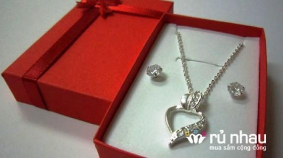 Bộ trang sức bạc: dây chuyền có mặt đính đá & bông tai nụ lấp lánh. Tỏa sáng mỗi ngày và chào đón giáng sinh cùng năm mới sắp sang. Bộ sản phẩm trị giá 375.000 chỉ còn 245.000 duy nhất có tại