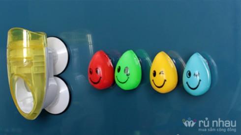 MÁY NẶN KEM ĐÁNH RĂNG TỰ ĐỘNG + 04 GIÁ TREO BÀN CHẢI MINI HÌNH MẶT CƯỜI: Thiết kế xinh xắn với rất nhiều màu sắc, rèn luyện cho bé yêu thói quen đánh răng vào mỗi tối. Bộ sản phẩm trị giá 160.000đ ưu đãi còn 95.000đ tại Rủ nhau - Gia Dụng