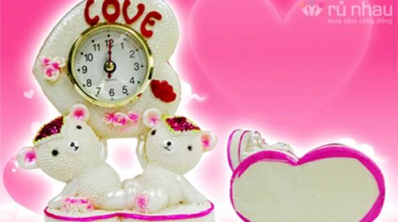 TƯỢNG ĐÔI TÌNH YÊU CÓ ĐỒNG HỒ: Qùa tặng thể hiện tình yêu thương của bạn đối với người ấy, người thân và bạn bè. Sản phẩm trị giá 160.000đ giảm còn 85.000đ. Đừng bỏ lỡ cơ hội tại Rủ nhau