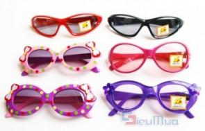 Mắt kính cho bé trai và bé gái giá chỉ có 85.000đ, mẫu mã đa dạng, có khả năng chống bụi và tia UV, bảo vệ tuyệt đối cho đôi mắt của bé. - Sản phẩm cho bé