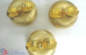 Combo 3 hũ táo vàng giá chỉ có 87.000đ trang trí cho mâm bánh kẹo ngày Tết . Hộp mứt hình trái táo, được chạm trổ và mạ vàng vô cùng nổi bật, bắt mắt. - Gia Dụng