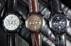 Đồng hồ nam Armani giá chỉ có 129.000đ, chất liệu giả da và mặt kiếng trong suốt, thích hợp cho nam với mọi lứa tuổi.
