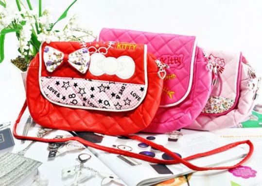 Túi Xách Em Bé Hello Kitty - Kiểu dáng Hello Kitty xinh xắn, dễ thương sẽ luôn đồng hành cùng Bé yêu đi học, đi chơi