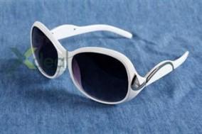 Tự tin dạo phố cùng bạn bè với mắt kính nữ thời trang Gucci Snow. Sản phẩm chất lượng với thiết kế tinh xảo. Giá chỉ có 99,000đ tại Xdeal.vn.
